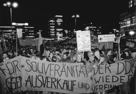 ADN-ZB 19.12.89 East Berlin: Demo gegen Wiedervereinigung- Für den Erhalt der Souveränität der DDR, gegen Ausverkauf und Wiedervereinigung.