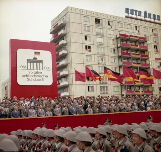 Berlin, Parade von Kampfgruppen zum Mauerbau