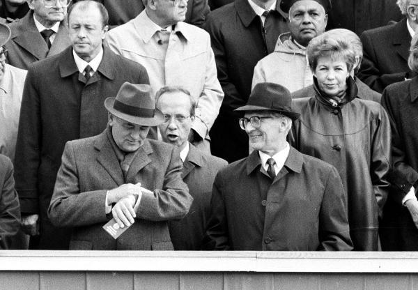 Politik: 40 Jahre DDR in Ostberlin (Oktober 1989) - Erich HONECKER (re) und...