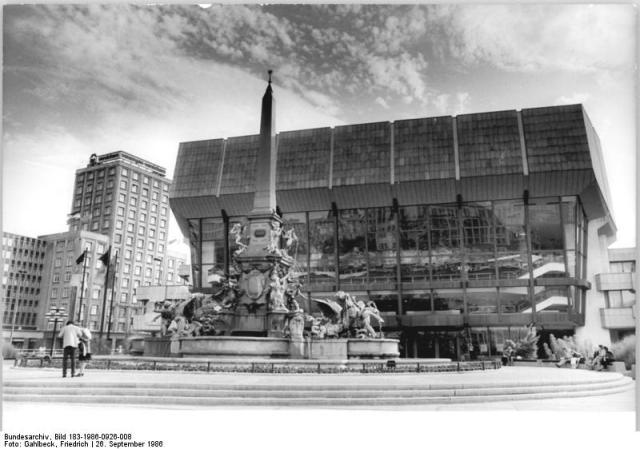 """Leipzig, Karl-Marx-Platz, """"Neues Gewandhaus"""", Mende-Brunnen"""